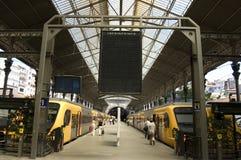 Estação de caminhos-de-ferro com painel em branco imagem de stock royalty free