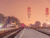 Estação de caminhos-de-ferro da cena da noite Fotos de Stock Royalty Free