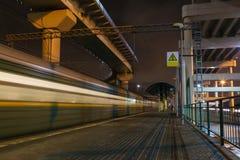 Estação de caminhos-de-ferro da noite na cidade Imagens de Stock Royalty Free