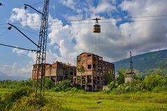 Estação de caminhos-de-ferro, fábrica e teleférico abandonados em Tquarchal Tkvarcheli A Abkhásia Imagens de Stock Royalty Free