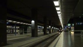 Estação de caminhos-de-ferro moderno com povos e trem em 1080 p dinâmico HD vídeos de arquivo