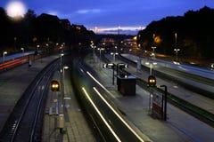Estação de caminhos-de-ferro na noite imagens de stock royalty free