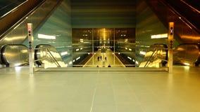 Estação de caminhos-de-ferro subterrâneo de Uberseequartier, em Hamburgo video estoque