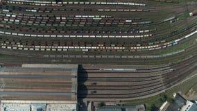 Estação de caminhos de ferro com trens de mercadorias e recipientes na vista aérea Parte superior de tiro aérea abaixo da metrage video estoque