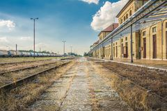Estação de caminhos de ferro da estrada de ferro na cidade da Sérvia de Vrsac imagem de stock royalty free