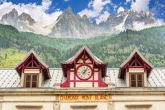 Estação de caminhos-de-ferro do blanc de Chamonix Mont, les Aiguilles de Chamonix no backgound, os cumes França fotos de stock