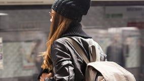 Estação de caminhos-de-ferro do passageiro da jovem mulher em público na cidade foto de stock