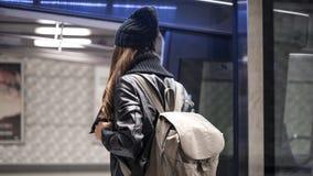 Estação de caminhos-de-ferro do passageiro da jovem mulher em público na cidade fotos de stock