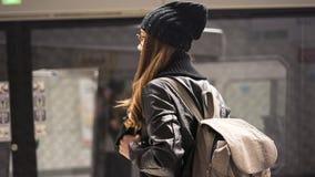 Estação de caminhos-de-ferro do passageiro da jovem mulher em público na cidade fotos de stock royalty free