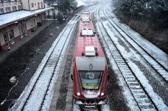 Estação de caminhos-de-ferro e trem no inverno Foto de Stock