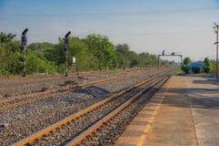 Estação de caminhos de ferro em uma vila pequena imagem de stock
