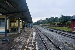 Estação de caminhos de ferro no amanhecer imagens de stock