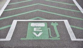 Estação de carregamento do veículo elétrico do verde de Telsa Prius imagem de stock