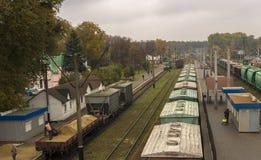 Estação de comboio britânica Vagões com os bens na estrada de ferro fotos de stock
