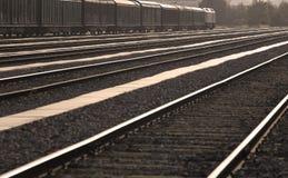 Estação de comboio com comboio de mercadorias e trilhos imagens de stock royalty free