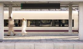 Estação de comboio com passageiros chegados imagem de stock