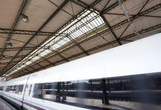 Estação de comboio com trem imagem de stock