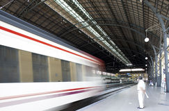Estação de comboio com plataformas fotos de stock