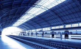 Estação de comboio no tom azul fotografia de stock royalty free