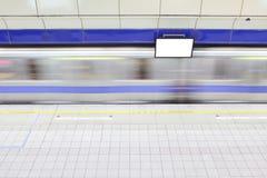 Estação de comboio do metro com trem do movimento imagem de stock