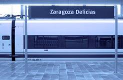 Estação de comboio com letreiro e o vagão de alta velocidade. Imagens de Stock Royalty Free