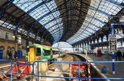 Estação de comboio e trem de Brigghton na luz do sol fotografia de stock royalty free