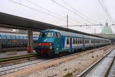 Estação de comboio em Veneza A plataforma e o trem No fundo, a abóbada da igreja de San Simeon é imagem de stock