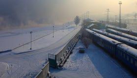 Estação de comboio. Irkutsk, Rússia. Crepúsculo. fotos de stock