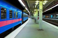 Estação de comboio na noite imagem de stock royalty free