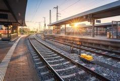 Estação de comboio no por do sol Paisagem industrial com estrada de ferro fotografia de stock