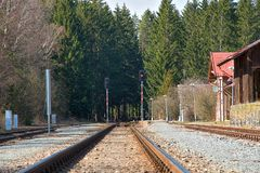 Estação de comboio pequena Construção de trilhas railway Infraestrutura Railway fotos de stock