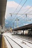 Estação de comboio vazia no dia de inverno imagem de stock