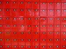 Estação de correios: caixas postais vermelhas brilhantes Fotos de Stock Royalty Free