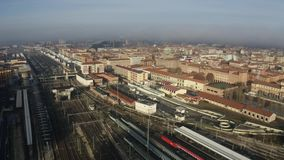 Estação de estrada de ferro de Centrale da Bolonha e trilhas e cidade, Itália Tiro aéreo filme