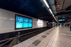 Estação de metro Amsterdão central, vista na plataforma fotos de stock