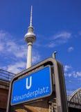 Estação de metro Berlin Alexanderplatz e torre da televisão Foto de Stock