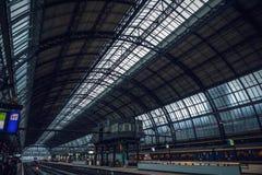 Estação de metro de Amsterdão com elementos abertos da construção do close-up da plataforma imagens de stock