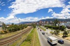 Estação de metro de Medellin com trilhas railway e povos, Colômbia foto de stock