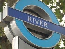 A estação de metro do rio assina dentro Londres Imagem de Stock