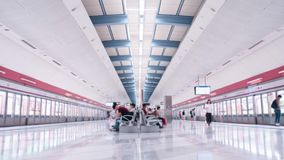 Estação de metro limpa e brilhante em Hong Kong vídeos de arquivo