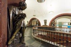 A estação de metro Ploschad Revolutsii em Moscovo, Rússia Foto de Stock