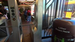 Estação de metro -2 de Roosevelt Island New York City vídeos de arquivo