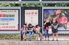 Estação de ônibus com grandes quadros de avisos, Kunming, China Fotos de Stock Royalty Free