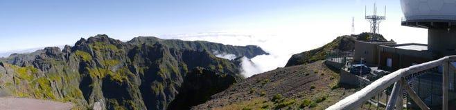 A estação de radar da defesa aérea em Pico faz Arieiro, em 1.818 m de altura, é o pico o mais alto do ` s terceiro da ilha de Mad fotografia de stock
