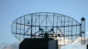 Estação de radar militar, antena moderna do satélite móvel, filme