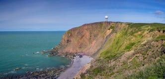 Estação de radar na montanha perto do mar Foto de Stock