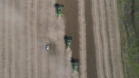 Estação de recolher colheitas, a vista superior de máquinas agrícolas recolhe o feijão de soja maduro no campo na queda video estoque