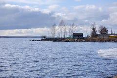 Estação de salvamento do barco no reservatório de Beloyarsky na mola imagens de stock royalty free