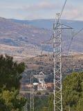 Estação de seguimento satélite em Buitrago de Lozoya e linha de alta tensão foto de stock