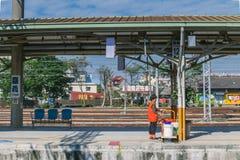 Estação de Taichung, uma estação de trem de taichung a Alishan na estrada de ferro de Taiwan em um dia ensolarado com um pessoal foto de stock royalty free